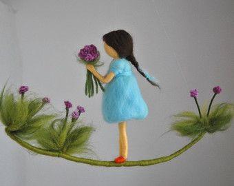 Ähnliche Artikel wie Waldorf inspirierte Nadel Gefilzte Mädchen mobile: Butterfly Fairy mit helllila Blume auf Etsy