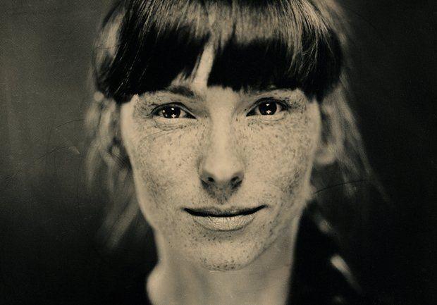 Trójwymiarowy obraz namalowany światłem, na pokrytym srebrem czarnym szkle. Paweł Śmiałek