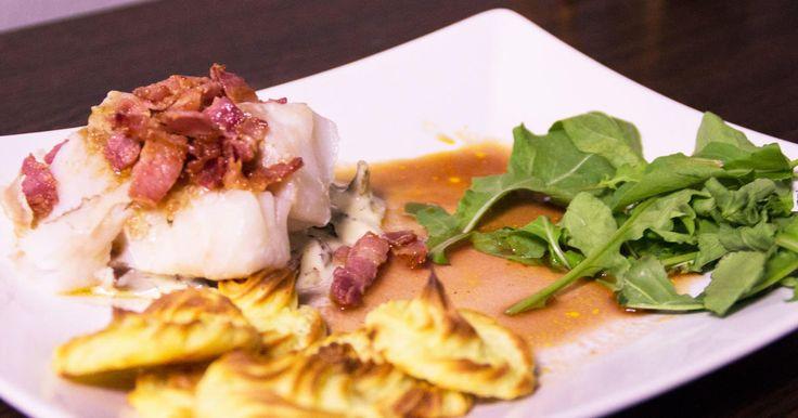 Torskrygg i ugn med åländsk pommes duchesse, rödvinssky och stuvning på bästa fynden i svampskogen.