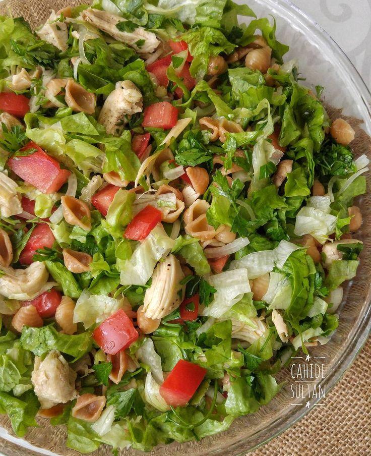 Tavuklu bol yeşillikli salatayı diyet akşam yemeği olarak hazırlayabilirsiniz. Ben içine makarna ekledim, diyet yapanlar makarna kullanmayabilirler. TAVUKLU MAKARNALI SALATA Malzemeler 1 su bardağı midye makarna Makarnayı haşlamak için 2 su bardağı su Yarım çay bardağı zeytinyağı 1 adet haşlanmış tavuk göğsü 4-5 yaprak Marul Yarım demet maydanoz 1 orta boy soğan 2 orta boy domates Tuz, karabiber, arzuya göre limon veya sirke Hazırlanışı Makarnayı zeytinyağı ile beraber pembeleşene kadar ...