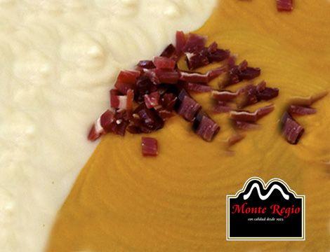¿Os gusta innovar en la cocina? Disfruta de este deliciosa combinación de cremas: puré de patata y zanahoria con virutas de jamón ibérico #MonteRegio ¡un 10!