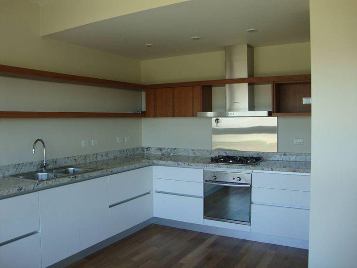 Mirá imágenes de diseños de Cocinas de estilo moderno en blanco: Cocina despojada. Encontrá las mejores fotos para inspirarte y creá tu hogar perfecto.