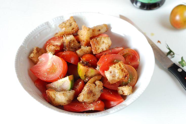 Insalata di pomodori pachino con crostini alle acciughe