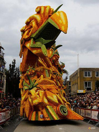 Bloemencorso Zundert 2013, Holanda. Campos de dalias son cultivados en la ciudad exclusivamente para el desfile de las flores.