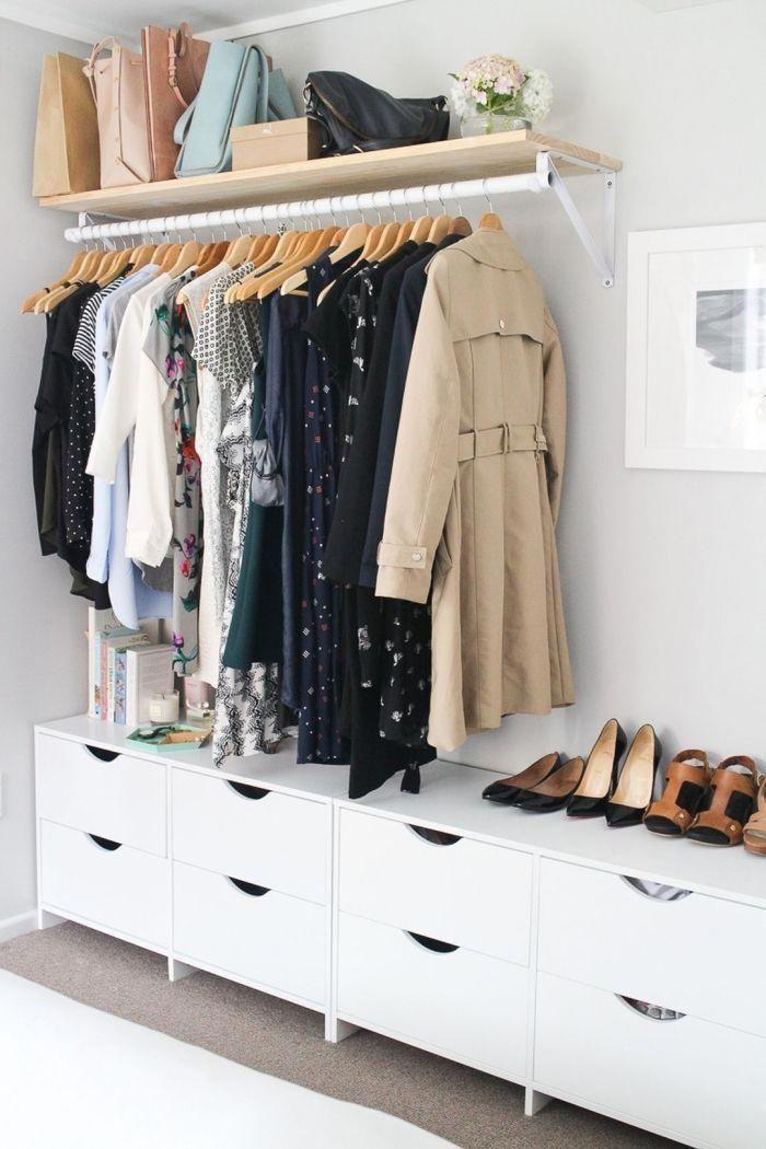 Fabriquer Un Dressing Le Long Du Mur De La Chambre A Coucher Compose De Meubles Bas De Rangement Et D Une Barre De Penderie Fixee Au Mu En 2020 Meuble Bas Rangement