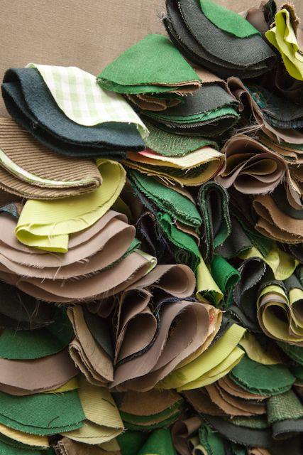Множество кругов, зафиксированных в центре. Introduction to Fabric Manipulation workshop, 1st June, Ruth Singer Studio