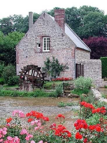 Veules-les-Roses : un village de charme en Normandie : Station balnéaire de la Côte d'Albâtre, en Haute-Normandie, Veules-les-Roses réunit les attraits de la mer et le charme de la campagne. Nous vous proposons de découvrir l'un des plus jolis villages de Normandie.