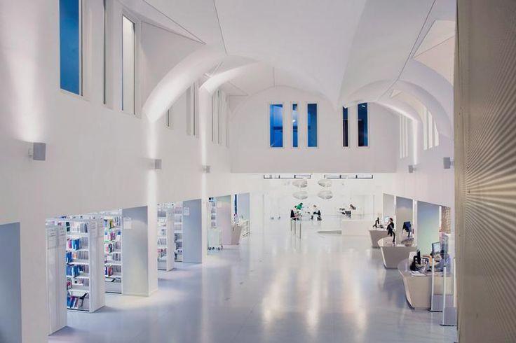 Kaučuková podlaha Artigo bílá, univerzitní knihovna. / Rubber floor Artigo white, university library.