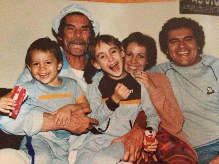 Ramón Valdés com netos e filhos.