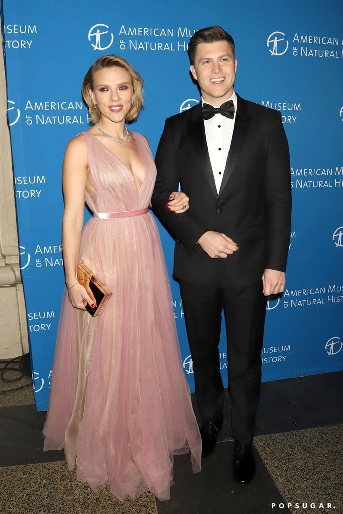 Aw Scarlett Johansson And Colin Jost Return To The Place Where They Made Their Debut As A Couple Scarlett Johansson Celebrity Dresses Gorgeous Dresses