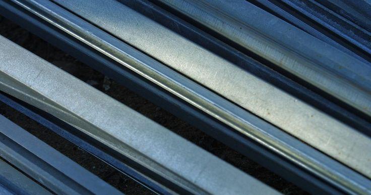 Cómo hacer discos redondos de lámina metálica . La lámina metálica es un material útil para los artesanos que quieran trabajar en la creación de proyectos de metal sin participar en procesos más complicados de forja o herrería de metal. La lámina metálica se corta con sierras manuales o eléctricas, pero se necesita un poco más de fuerza y potencia de corte. Esto hace que sea un poco difícil de ...