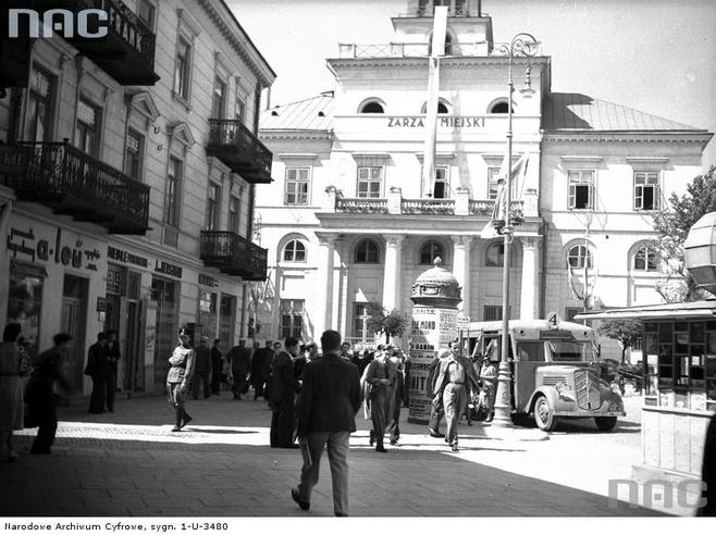 Autobus linii 4 przed gmachem nowego Ratusza. 1939 r.
