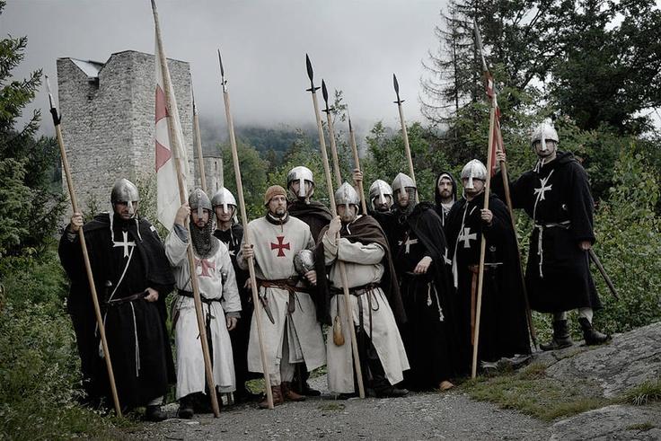 Die Ordensbrüder beim Marsch von der Kirche zur Burg. Brethren of the Orders of St John (Hospitallers) And Templars. Comthurey Alpinum, 1180 a.D. Reenactment.