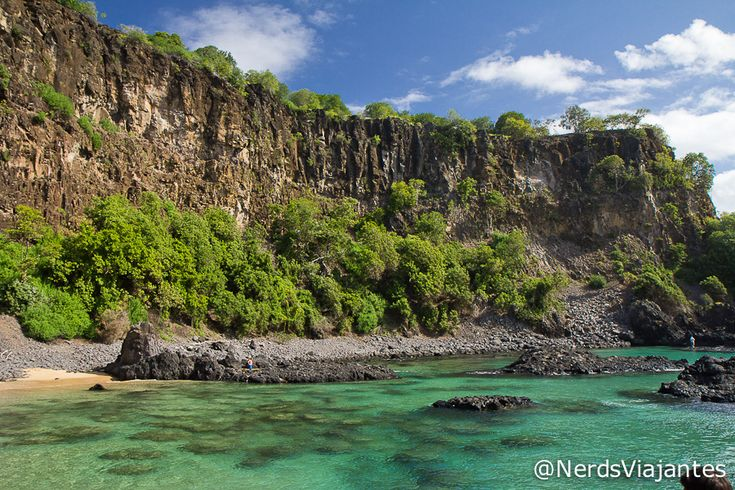 Baía dos Porcos - Fernando de Noronha - Brasil http://www.nerdsviajantes.com/2013/10/08/fernando-de-noronha-ilha-tour/
