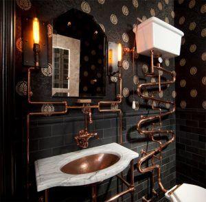Esse banheiro apresenta um estilo totalmente industrial, com tubulações aparentes mas, que se torna uma solução charmosa quando unida ao tom de cobre. Isso mostra que é possível abusar e adiciona-lo a vários estilos.