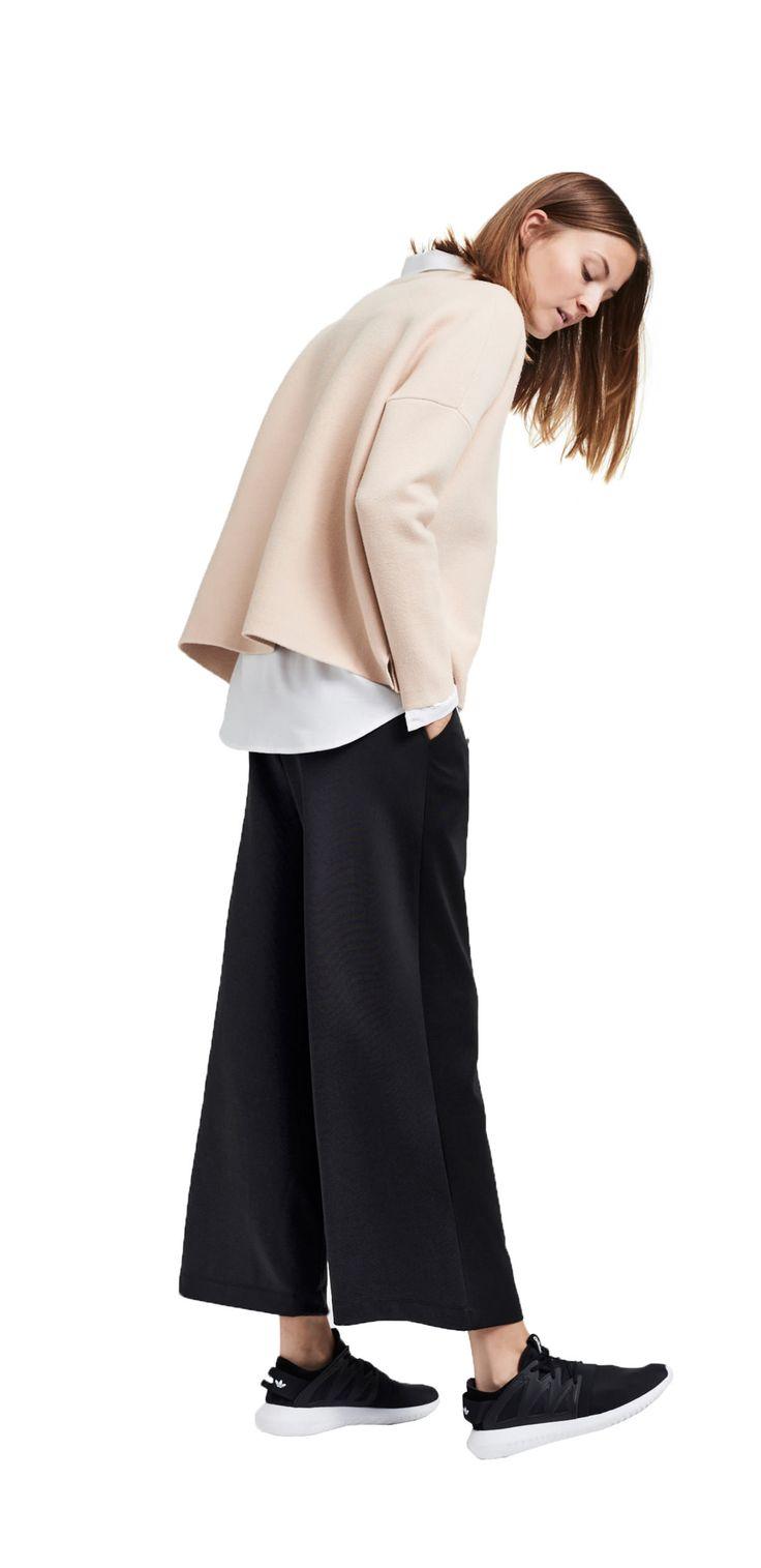 Damen Outfit Weite Silhouetten von OPUS Fashion: weiße Bluse, beiger Pullover, schwarze Culotte
