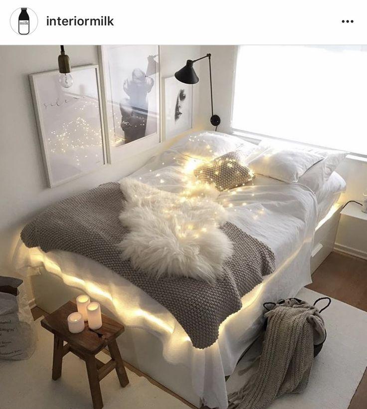 Белое постельное белье. Выглядит очень благородно, ощущение чистоты,  Уюта. Замечательно будет смотреться  белье из батиста, перкаля, льна.