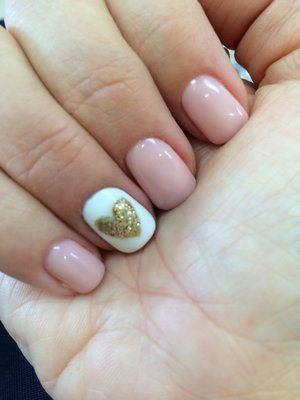 Pink daisy gel nail polish with gold glittered heart decorated nail. So pretty...