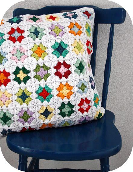 podkins: Esther de feliz na Red malha esta adorável capa de almofada que ela chama feliz Prado Granny Square.  A capa de almofada é para a venda aqui na loja Etsy de Esther.  Muito bonita.