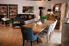 Klasyczny stół i nowoczesne krzesła nie będące częścią jednego kompletu. To nowoczesne rozwiązanie pozwalające na łączenie różnych faktur i kolorów. Krzesła tapicerowane o 2 wzorach: w klasyczną szarą kratę oraz granatowy materiał nowocześnie ozdobiony pinami i uchwytem na oparciu.
