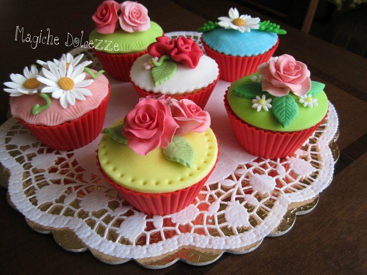 Cupcakes alla vaniglia rivestiti in pasta di zucchero