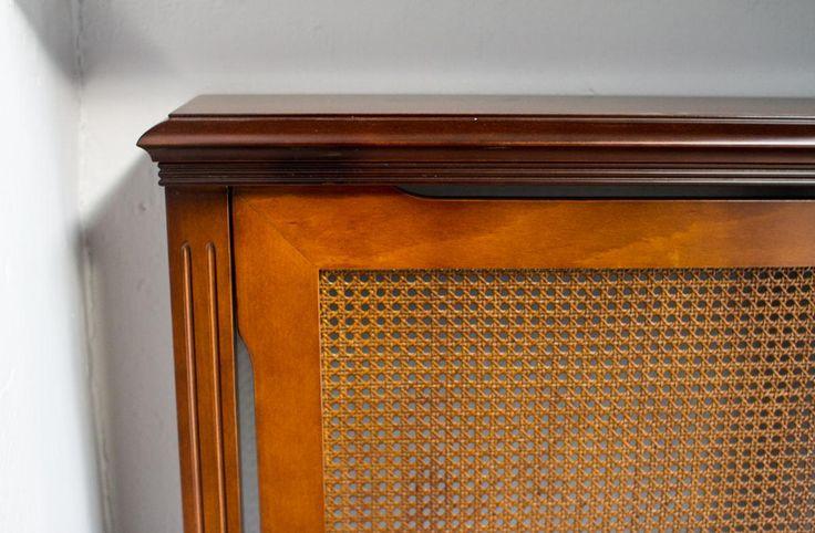 Κάλυμα καλοριφέρ από φυσικό ξύλο καρυδιάς και ψάθα. Κατασκευάζεται στην διάσταση που επιθυμεί ο πελάτης, ανάλογα με το καλοριφέρ.
