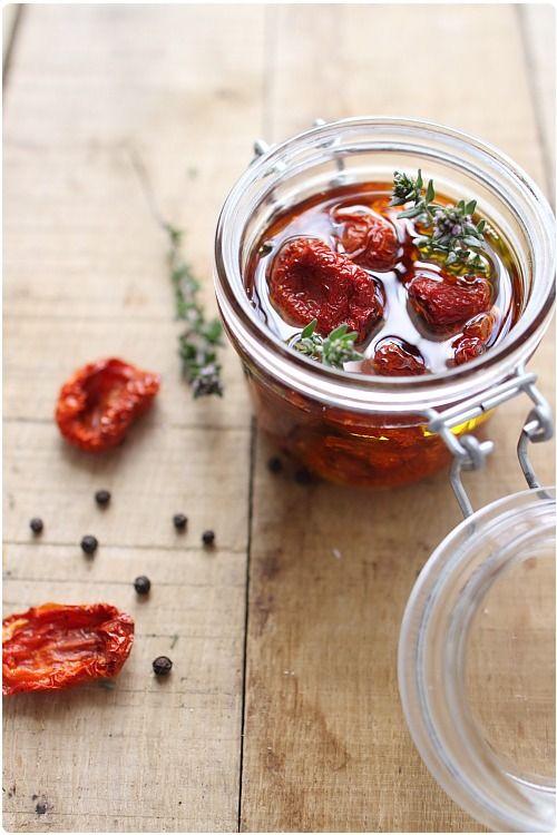 Tomates confites maison : 1- Lavez les tomates, coupez-les en 4 et retirez les pépins. Épongez les quartiers. 2- Déposez-les sur une plaque. Saupoudrez d'un peu de sucre et d'un peu sel. 3- Préchauffez votre four à 160°C. Enfournez pour 1 h. 4- Poursuivez la cuisson 30 min à 140°C. 5- Puis laissez-les sécher dans le four éteint. 6- Déposez les tomates dans un bocal.Recouvrez d'huile d'olive et ajoutez romarin, thym et grains de poivre.
