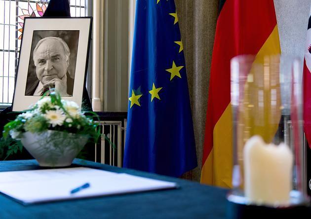 Ein Kondolenzbuch für den verstorbenen, früheren Bundeskanzler Helmut Kohl liegt im Roten Rathaus in Berlin aus