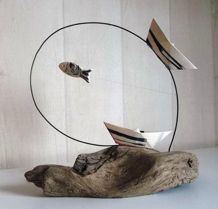 Bateaux et poisson en céramique sur fil de fer noir et bois flotté