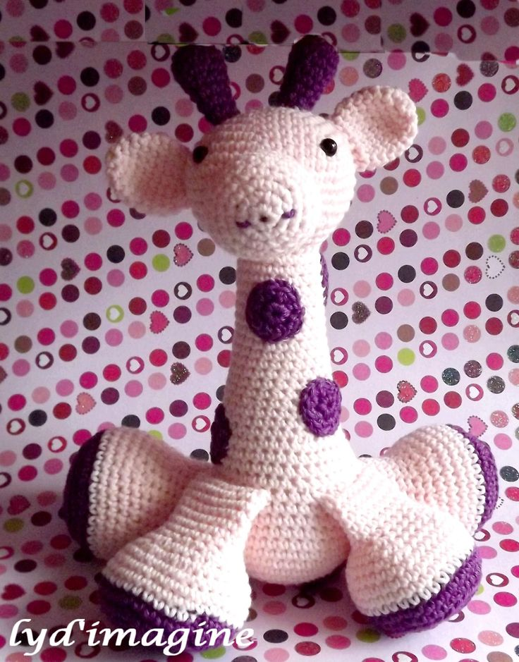Bonjour à tous voici les explications pour réaliser la girafe au crochet si vous avec des difficultés de réalisation n'hésitez pas à me contacter J'ai utilisé un crochet n°3 , une pelote de coton rose( correspondant à la taille du crochet) et des restes...