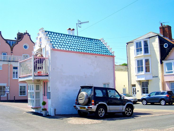 Tiny house with two stories and an upstairs balcony in Aldeburgh, Suffolk, England