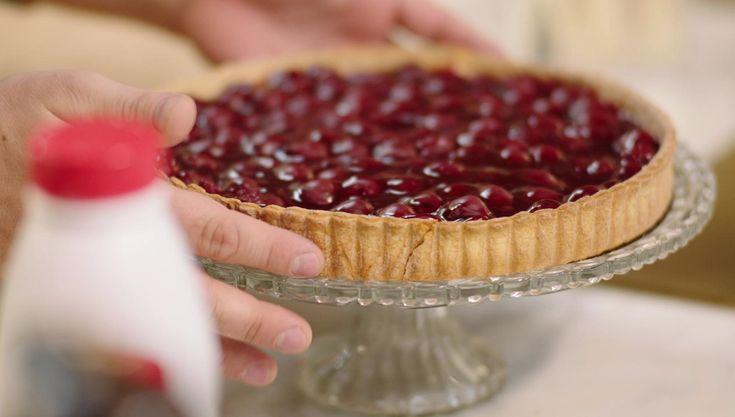 Jeroen bakt vandaag zijn lievelingstaart om te trakteren voor zijn verjaardag. De basis is een gistdeeg met daarop banketbakkersroom en veel krieken. Uiteraard wordt de taart afgewerkt met slagroom.
