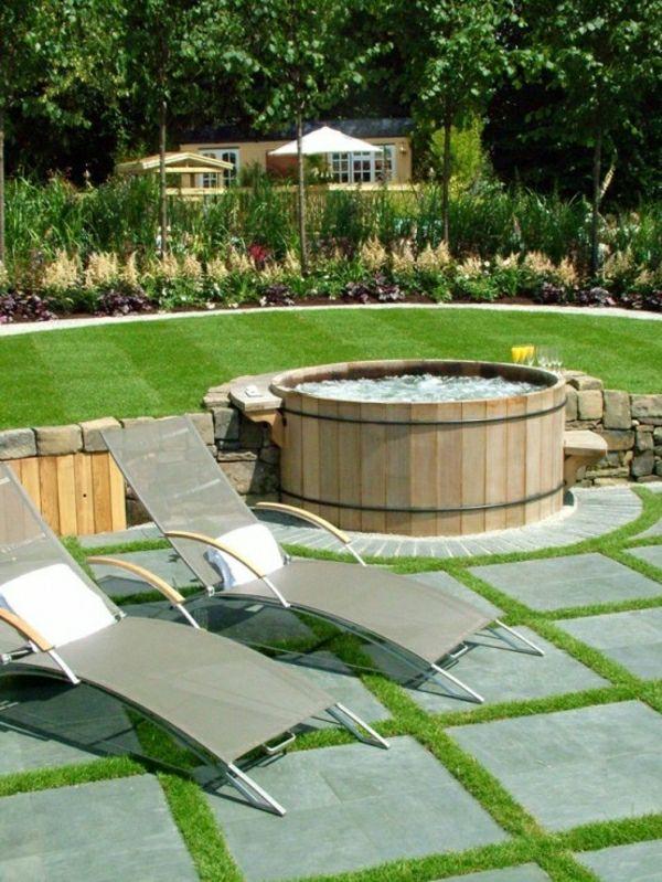 gartengestaltung mit einem badewanne mit hölzernen brettern - zwei liegestühle - Wasser im Garten – Freude die ganze Familie