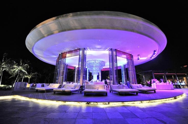 Bij het vallen van de avond wordt de loungebar bij het zwembad sfeervol verlicht - Club Med Bali, Indonesië