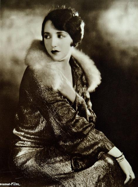 Beautiful silent film star Bebe Daniels looking ravishing in the 1920s.