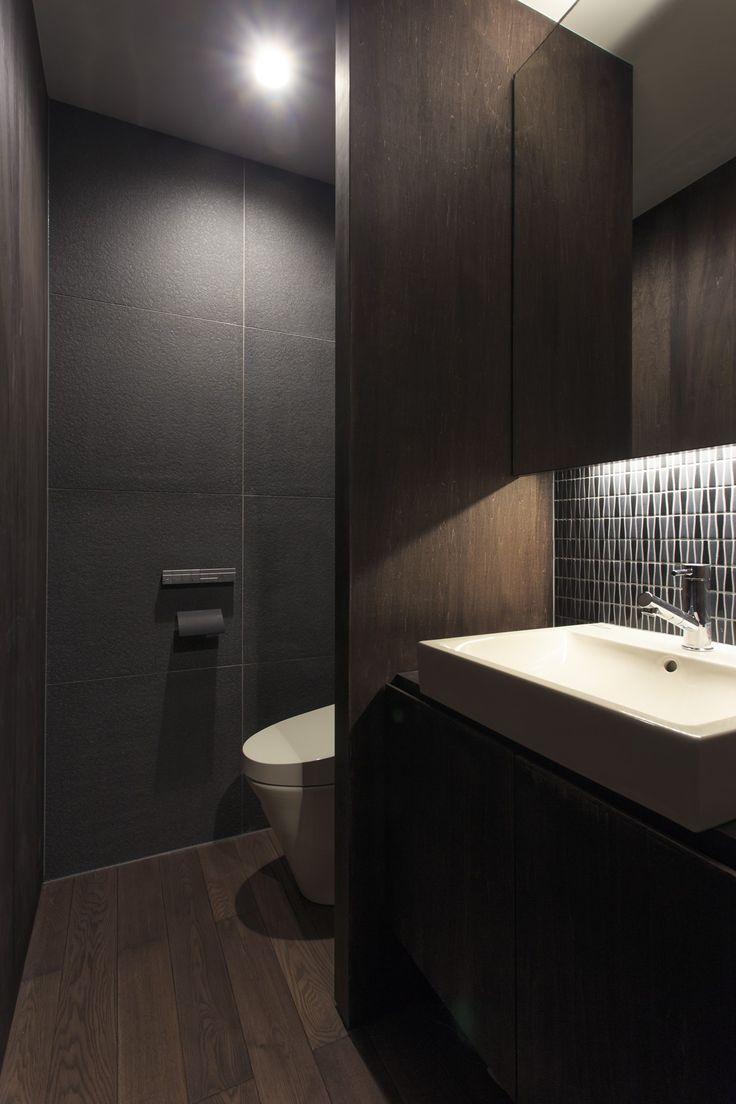 富の原の家の和室・・・ 和室の奥の洗面は、濃い目の色調の内装です。 建物の一番奥に位置し、室内は落ち着いた雰囲気としています。 奥の壁の大判のタイルに対し、洗面の壁は異形のモザイクタイルです。 同じ色調の室内でも洗面とWCとで雰囲気を変えています。  、#洗面、#洗面台、#WC、#トイレ、#タイル、#モザイクタイル、#中庭、#シークエンス、#和モダン、#シンプル、#建築家、#設計事務所、#住宅、#注文住宅、#デザイン、#ミニマル、#家、#residence、#simple#minimal、#japanese、#architect、#design#