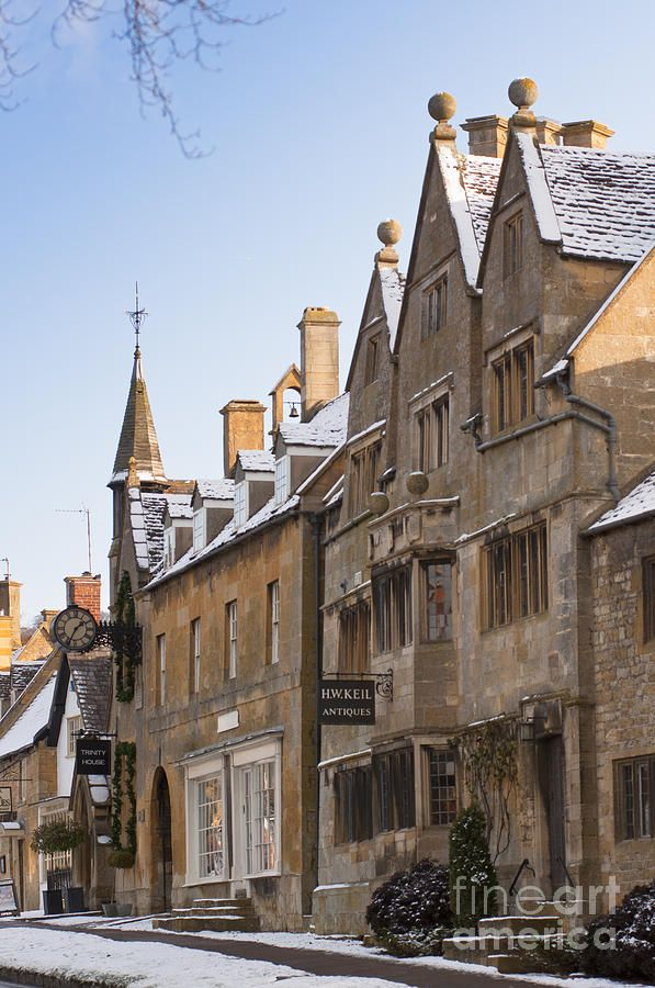 ✯ Antique and fine art galleries at the CotswoldsVillage of Broadway in winter snow - England