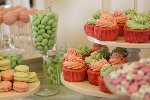 pastel peach + green!: Centerpieces Ideas, Centerpiece Ideas, Cupcakes Centerpieces, Cupcakeblog Com, Cupcake Centerpieces, Candy Bar, Green Cupcakes, Cupcakes Towers, Cupcake Towers