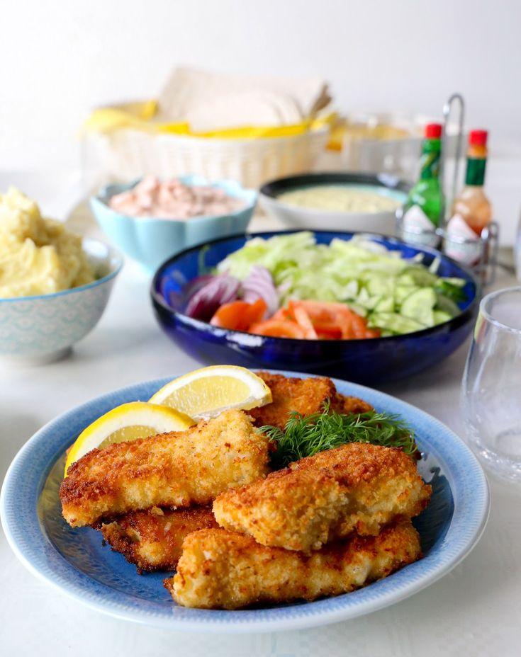 """Pankopanerad fisk med hemmagjord potatismos, remouladsås och räksallad. Lyxig och riktigt smarrig """"gatukökskäk"""". Ät det i en tunnbrödsrulle eller gör en tallrik. SÅ GOTT!"""