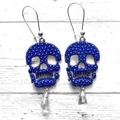 Boucles d'oreilles tête de mort métal argenté patiné bleu indigo