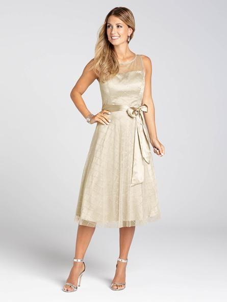 Portons un toast à cette robe de soir absolument irrésistible. Dans une légère teinte champagne avec une ceinture pour ceindre le tout, vous scintillerez et resplendirez lors de votre prochaine occasion spéciale. Charmante et plaisante, c'e...3030103-0585
