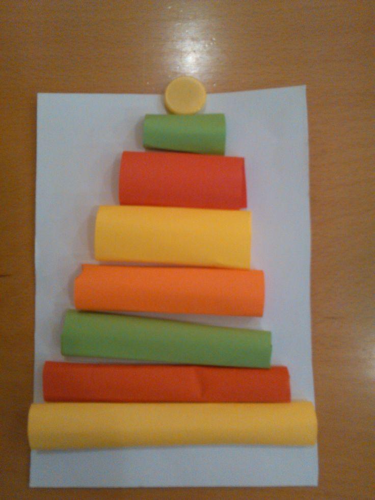 Stromček z farebných papierových roliek.