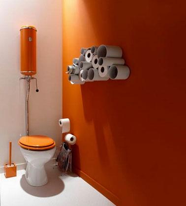 decoration-wc-couleur-peinture-orange-blanc-rangement-rouleaux-papier-toilette-dans-tube-pvc