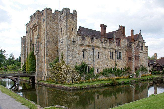 Wielka Brytania-Zamek Hever był domem Anny Boleyn, żony Henryka VIII. Anna przez wielu była uważana za czarownicę i ścięta. Ducha Anny widziano w zamkowych ogrodach i na moście nad rzeką Eden. Ponoć najlepszym momentem do spotkania z duchem jest Wigilia Bożego Narodzenia. W zamku można spotkać jeszcze jednego, niezidentyfikowanego ducha, który nieszczęsliwy wędruje galeriami, jęcząc i hałasując. Czasem galerią przemknie także, galopując, duch konia.