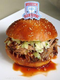 Als USA Freak, stand das Pulled Pork schon langer auf meiner To-Do-Liste. Letztes Wochenende war es soweit und es gab Pulled Pork aus dem Backofen , zusammen mit Krautsalat auf hausgebackenen Brioche