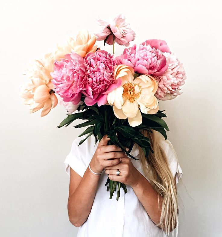 108 best images about photo girls holding flowers on for Big bouquets of flowers