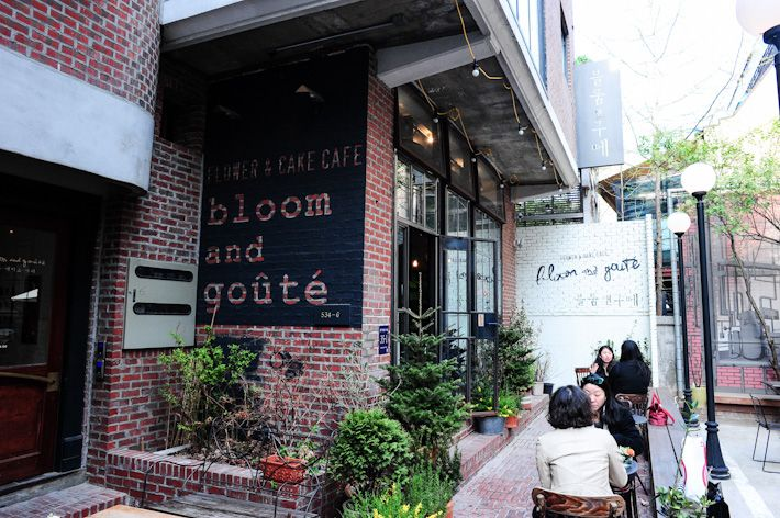 Bloom and Goute.  Located in one of the alleys at Garosu-gil, Bloom and Goute is a nice cafe where the highlights are coffee, desserts and flowers. It has a brunch menu which features dishes like Eggs Benedict (15,000 won), meatball and hummus (15,900 won) and teriyaki chicken sandwich (9,200 won).  545-24 Sinsa-dong, Gangnam-gu, Seoul (35-1 Apgujeong-ro 10-gil) Nearest Station: Sinsa Station