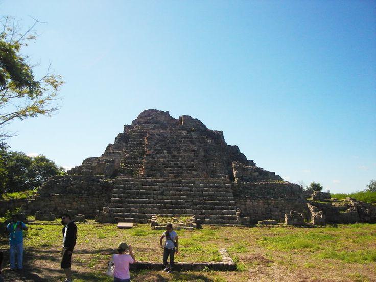 """Oxkintok es un yacimiento arqueológico que se localiza en el municipio de Maxcanú, en el estado de Yucatán, en México. Su nombre proviene de las palabras en maya (ox: tres, kin: sol, tok:piedra) y significa """"la piedra de los tres soles"""""""