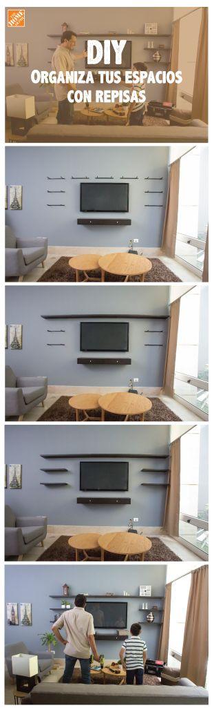 Organiza tus espacios con repisas, es súper fácil y puedes jugar con el acomodo como en este centro de entretenimiento en la sala.