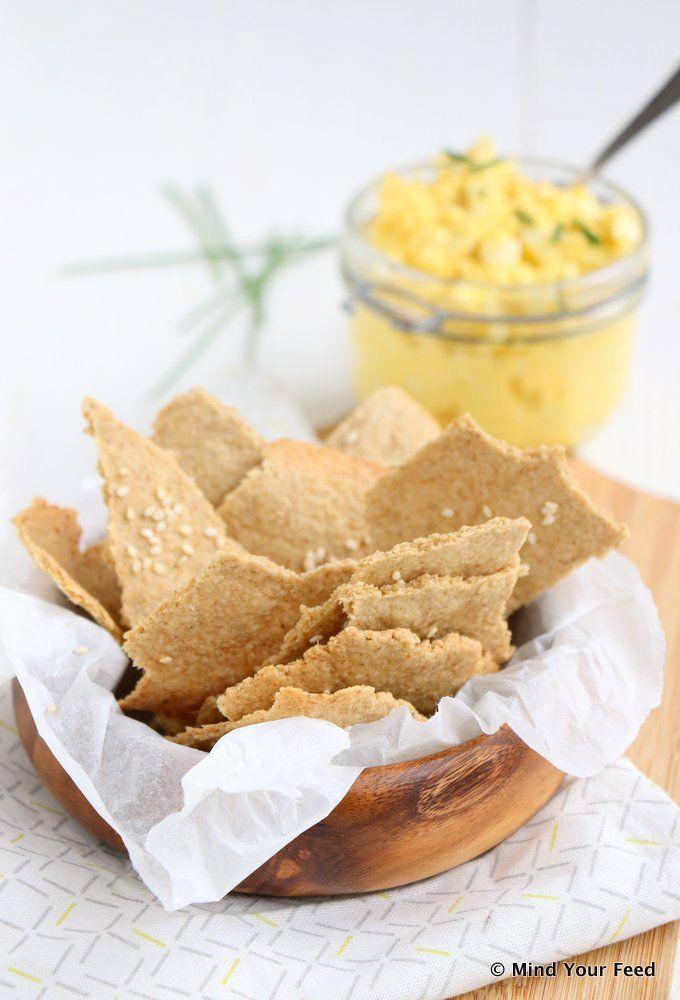 Havermout crackers - Super makkelijk klaar te maken en lekker als toastje of broodje, deze havermout crackers met sesamzaadjes maak je van havermout en water. En olijfolie.